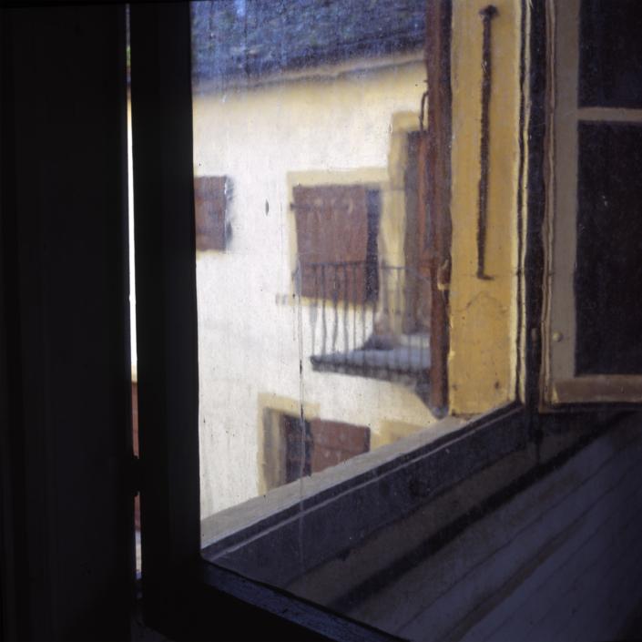 Het raam in Le Pontet waardoor Belle naar de boom op het plein keek. Deze boom is veel beschreven in haar gedichten.